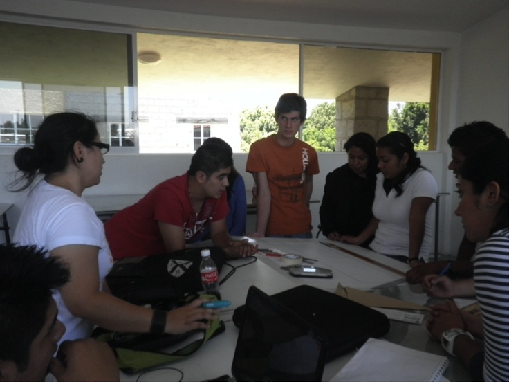 """Alumnos de la Licenciatura en Arquitectura  realizando el """" TALLER VERTICAL """""""