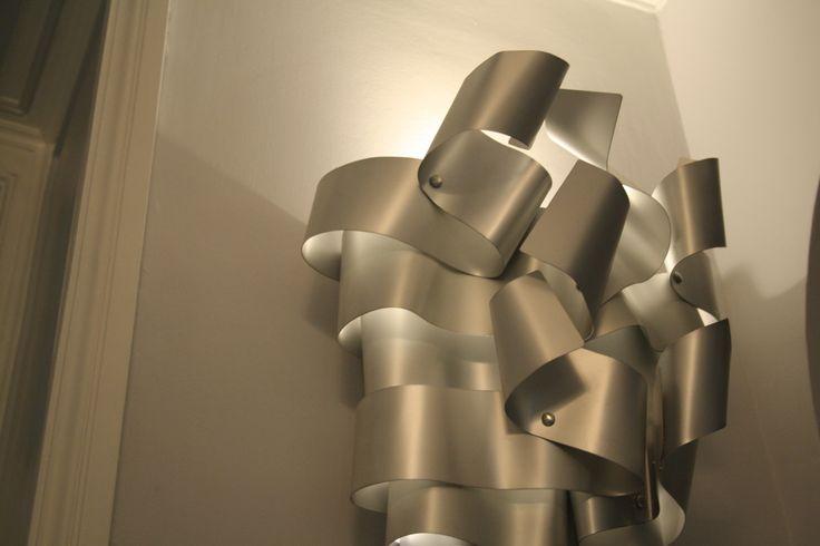 Rampicante  MEDIUM  La scultura luminosa misura circa 100 (altezza) x 40 (lato maggiore) x 10 (lato minore) x 25 cm.(profondità). Tale scultura è realizzata in alluminio anodizzato e deve essere posizionata a parete. http://www.ruotaaffari.com/andrea-olivazzo-sculture-luminose/#more-1794