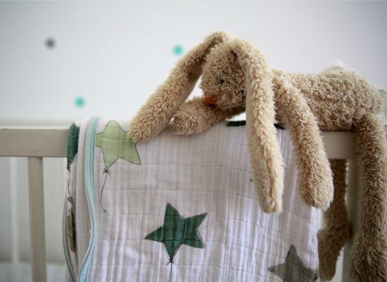 Draußen wartet ein fantastischer Sommer-Abend – und drinnen drehen die Kinder durch? Nicht nur Erwachsene schlafen bei Hitze unruhiger. Aber mit diesen sieben Tricks finden Kleine leichter in schöne Träume.