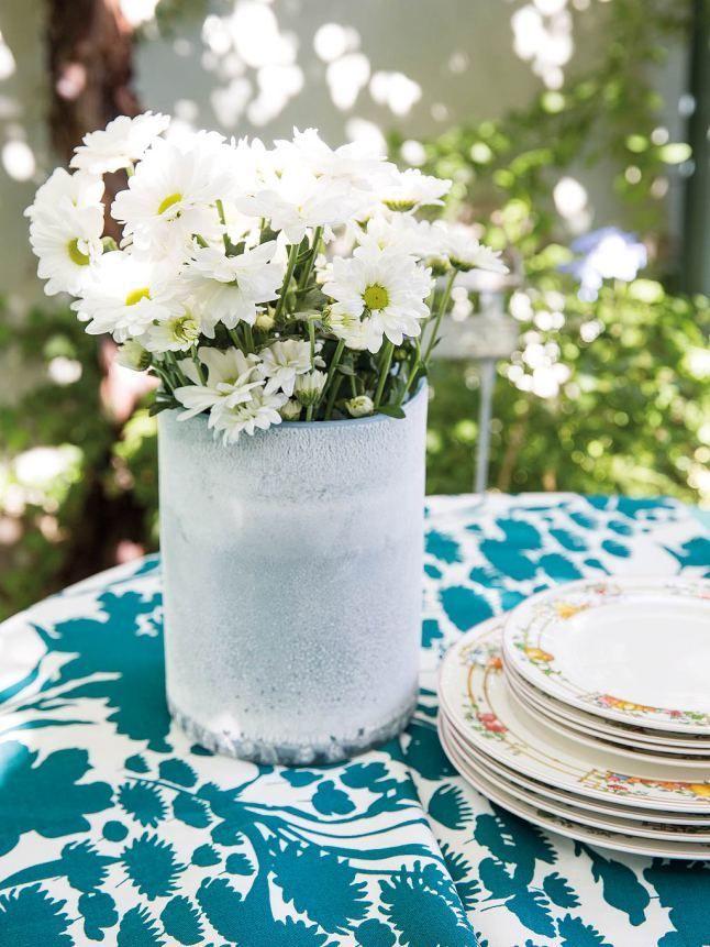 Белая ваза с цветами освежает дизайн столовой на террасе и радует глаз.  (архитектура,дизайн,экстерьер,интерьер,дизайн интерьера,мебель,минимализм) .