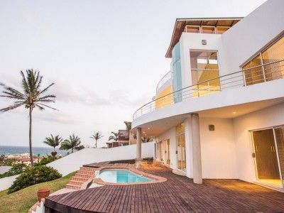 This spacious executive style home is perfectly located within easy walking distance to the beach and enjoys gorgeous sea views from virtually all rooms.