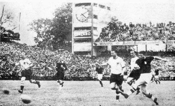 Puskas remata y anota el 0 a 2 momentaneo a favor de Hungria