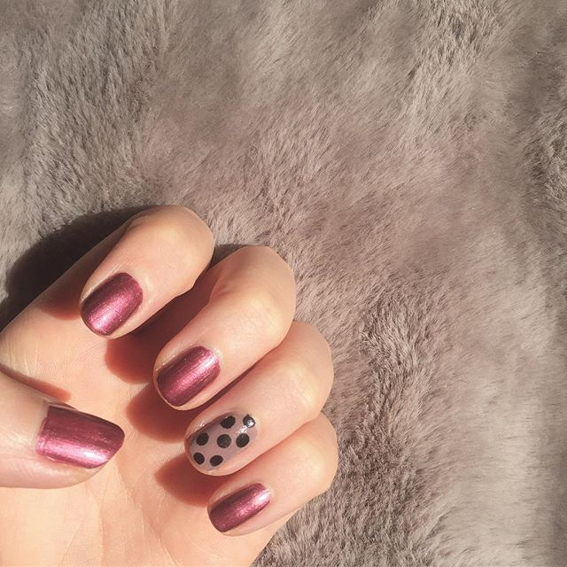 最近はシンプルが好き💅 この紫っぽい色がかわいい〜〜 ・ #nails#fashion#makeup#winternails#purple#instafashion#like4like#mery#rili_tokyo#ネイル#セルフネイル#ドットネイル#シンプルネイル#冬ネイル#マニキュア#ファッション#コーデ#今日のコーデ#メイク#おしゃれ