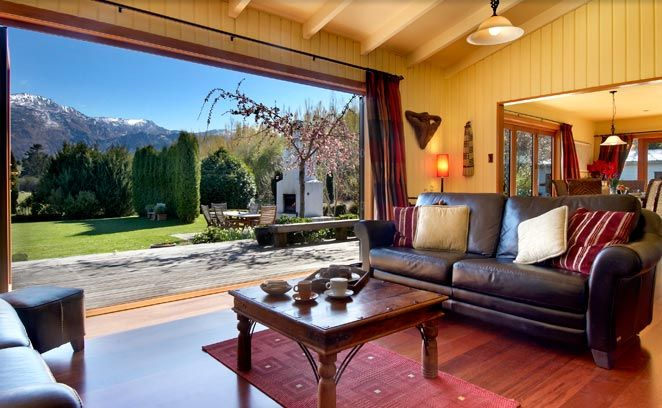 Luxury Queenstown Bed and Breakfast Bearsden is located in a tranquil rural setting yet is only 7 minutes from Queenstown Airport and 7 minutes from the historic gold mining town of Arrowtown.
