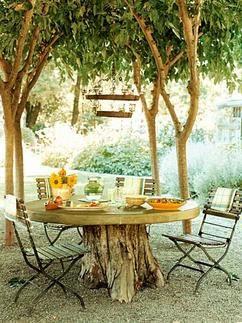 Schöne Idee für einen natürlichen Garten: Gartentisch aus Baumstamm