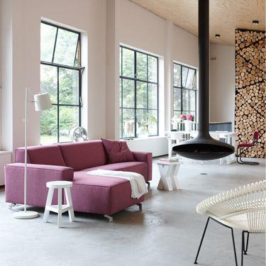 Knallend paars in een rustige omgeving. Extreme contrasten zorgen voor een geweldig resultaat. #woonkamer #bank #interieur