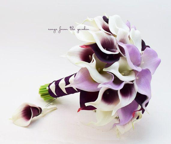 Diese wunderschöne Real Touch Calla Lilien sind die perfekte Blume für Ihren perfekten Tag! Ich kann dieses Bouquet und Boutonniere Set zu erstellen, wie gezeigt oder für Ihre Farben - kontaktieren Sie mich noch heute und wir können mit der Planung beginnen Ihre benutzerdefinierte Hochzeit Blume Paket anpassen! Dieser Brautstrauß umfasst drei Dutzend Real Touch Mini-Calla Lilien. Diese Calla-Lilien sind Lavendel, tief solid Pflaume, Pflaume-zentrierten Picasso und weiß. Der Griff ist in…