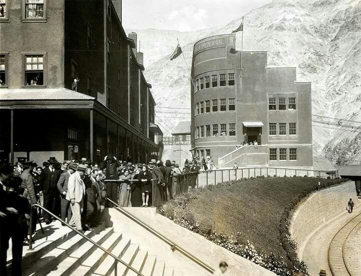 Vista hacia la Escuela Industrial de Sewell, (actual Museo de la Gran Minería del Cobre en Chile), año 1955.