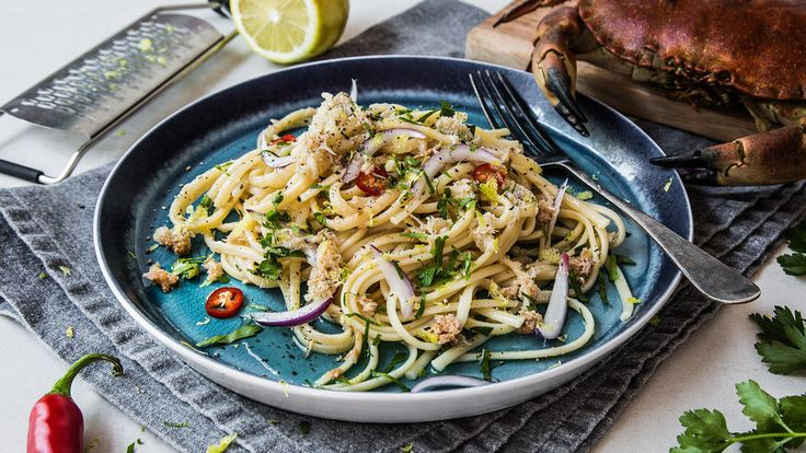 Dette er en enkel oppskrift på den populære retten krabbepasta! Her bruker vi Jacobs Utvalgte pasta med fylt krabbe, god olivenolje og sitron. Server gjerne pastaen med godt brød og revet parmesan til. Denne pastaretten kan både serveres varm og kald, og både til hverdags og helg.