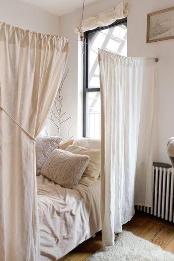 見ているだけでも気持よく眠れそうなベッドルーム。ワンルームの人などはカーテンで仕切ることにより、部屋にメリハリができるといった利点もありますよ!