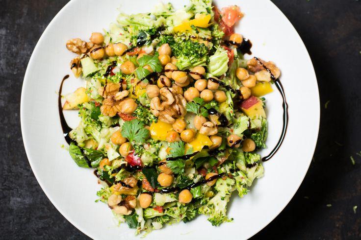 Ein quietschgrüner Salat, der komplett ohne Blattsalate auskommt ? - Brokkoli macht`s möglich! Das Gemüse schmeckt nämlich nicht nur dampfgegart, gekocht oder überbacken aus dem Ofen ganz wunderbar, sondern auch roh. Zum leicht herben Geschmack der grünen Röschen passt etwas leicht Süßes und Fruchtiges besonders gut. Daher hier mit am Start: Eine frische Pfirsichvinaigrette aus pürierten Früchten.