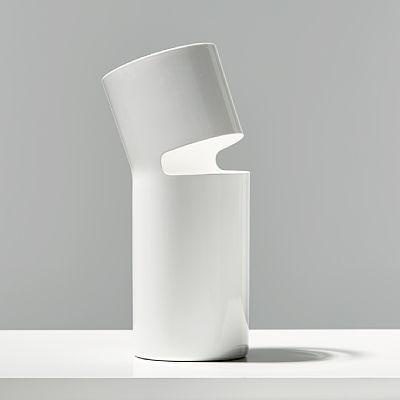 """PETTER SKOGSTAD OSLO 1985  Vase """"Break"""", prototype. 2008. Lakkert aluminium, 2/2 i hvitt.  Prototype laget av Petter Skogstad som student ved HiOA (tidligere HiAk). Laget til designerens første utstilling i """"Greenhouse"""" under møbelmessen i Stockholm i 2008, og vist ved """"Salone Satellite"""" i Milano samme år.  NB! Objektet/objektene vil ikke være tilgjengelig for visning i perioden 7-8 september, men vil utstilles på Kunsthøgskolen i Oslo (KHIO) lørdag 9 september (10-18, åpent kun for…"""
