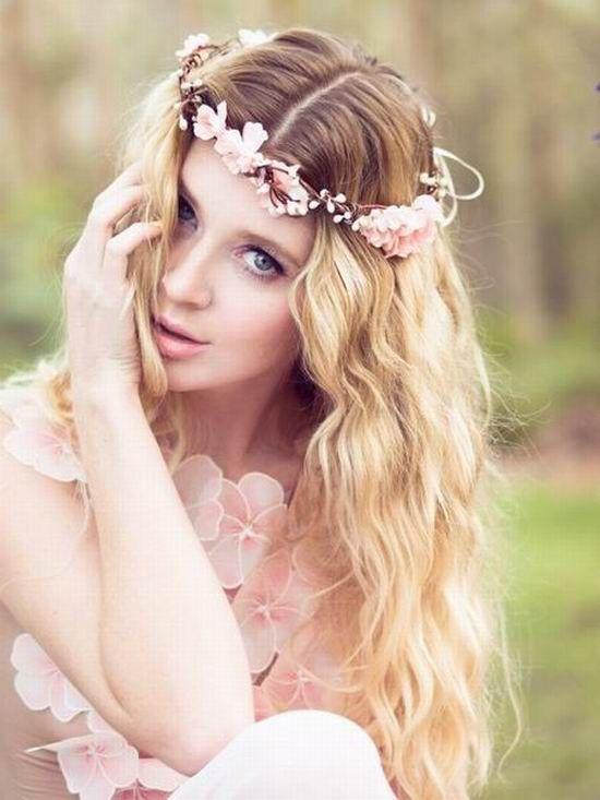 mariée bohème avec une couronne de fleurs