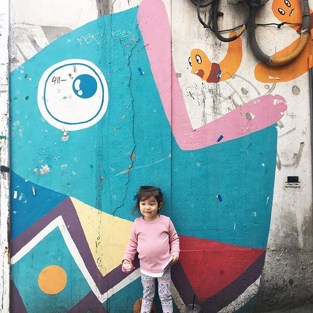 Finding street art is even more fun with a little one who has her own likes and dislikes. With a fish and some worms to boot, she was loving this one. Who can blame her? . . . . . #streetart #streetartglobe #streetartkorea #예쁜딸 #babylife #childhoodunplugg