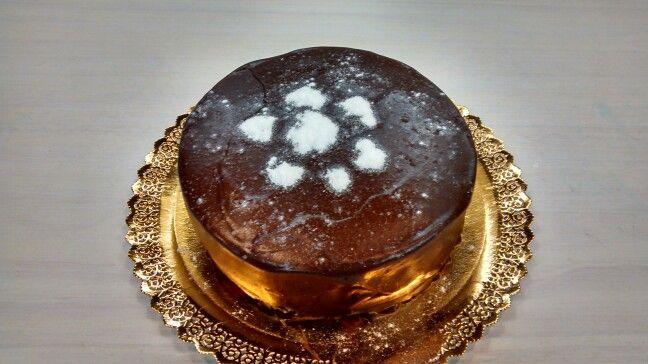 Bizcocho de vainilla relleno de crema y cubierto de chocolate sin gluten, sin proteína de leche, sin azúcar, sin frutosa