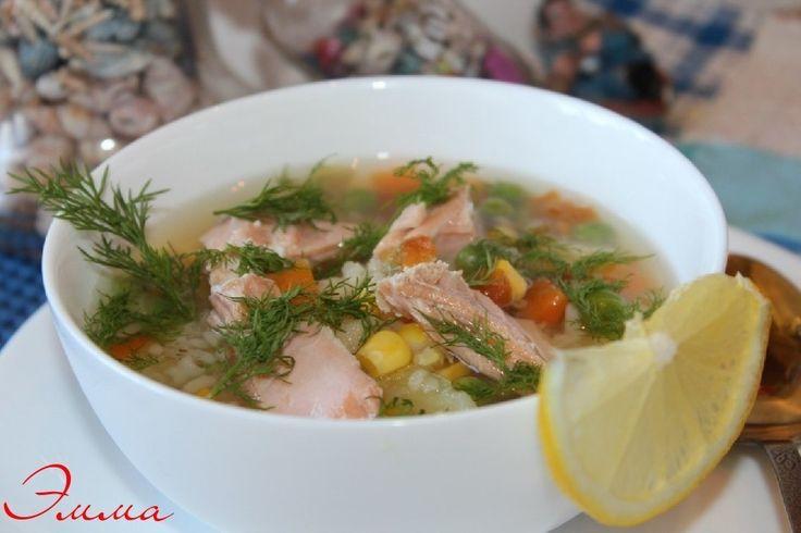Рыбный суп с рисом и овощами. Автор: Эмма Беседина  Рецепт на 4 порции: кета 300г, картофель 2 штуки, рис - 2 стол. л., морковь 1 небольшая, лук - 1 средняя шт.,укроп - 1 пучок, по 3 стол. л зеленого горошка и кукурузы замороженных , 1 стол. л оливкового масла,приправа для рыбы , соль, перец черный, 1 лавровый листик. Укроп и лимон для подачи.   В кастрюлю с холодной водой загрузить рыбу. Довести до кипения, посолить, добавить укроп. Варить 10 минут. Рыбу вынуть и отделить от кожи и костей…