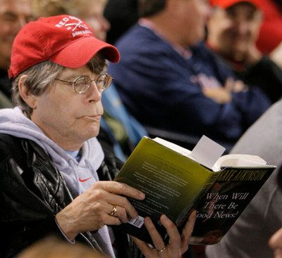 Stephen King reads Kate Atkinson's When Will There Be Good News (at a baseball game!) // via awesomepeoplereading.tumblr.com