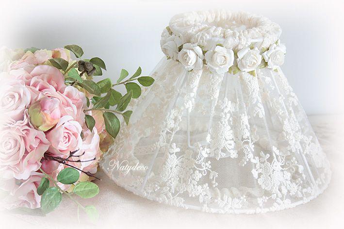 Abat jour déhoussable et lavable en dentelle avec divers décoration au niveau de la couronne ou noeud en vente sur le site http://www.natydecocorse.com