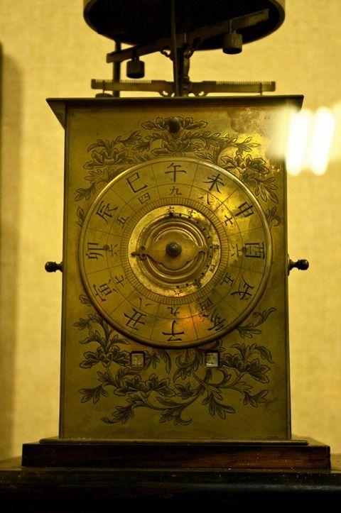 日本の職人たちは自主的に技術開発を始め、自分たちなりに時計の構造を改善し、世界初の12式文字盤を発明した