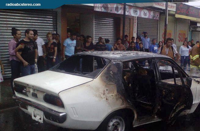 Vehículo se quema sobre Calle Central