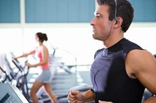 Koşu bantları diğer fitness ve kondisyon cihazları gibi çok eğlenceli ve farklı olan cihazlar değildir.Bu nedenle egzersiz sırasında birçok kişi bu cihazlarda yürümekten ve koşmaktan sıkılabilir.Bu nedenle evine veya ofisine koşu bandı satın almış kişilere yapacakları egzersizleri keyifli hale getirmeleri için aşağıda birkaç öneri sunacağız.