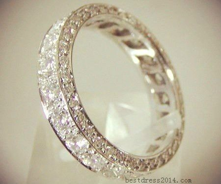 This would be the perfect wedding band to go with a simple big diamond engagement ring. Want!