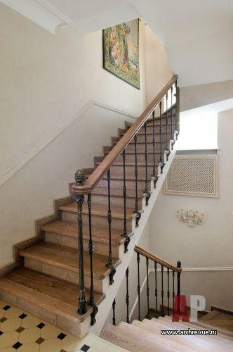 Фото лестницы трехэтажного дома в стиле Прованс