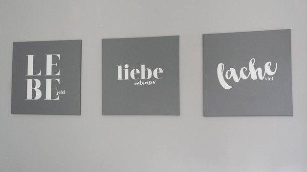 """3 graue Bilder auf Leinwand mit zusammenhängendem Spruch """"Lebe jetzt, liebe intensiv, lache viel"""" Ein Bild hat die Größe von 50 x 50 cm Die Rahmen wurden mit grauer Farbe angemalt und der..."""