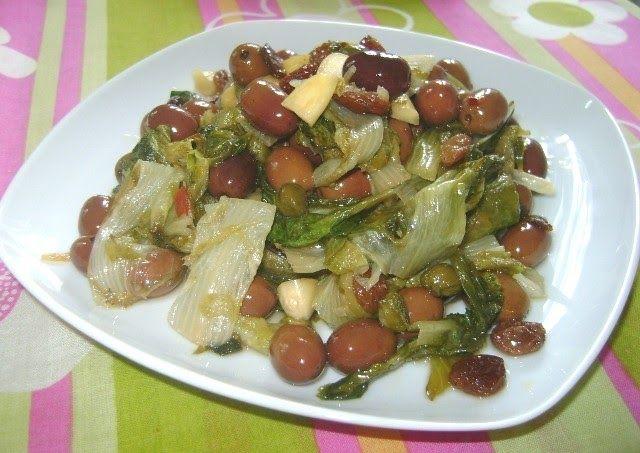 Ingredienti 1 cespo di scarola 1 manciata di olive nere snocciolate 1 cucchiaio di capperi dissalati 2 cucchiai di uvetta 2 cucchiai d...