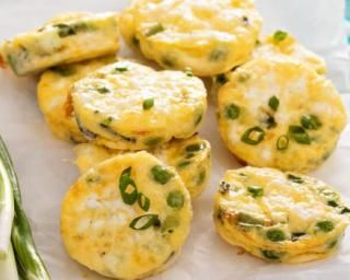Mini quiches sans pâte poids plumes petits pois, oignons verts et feta : http://www.fourchette-et-bikini.fr/recettes/recettes-minceur/mini-quiches-sans-pate-poids-plumes-petits-pois-oignons-verts-et-feta.html