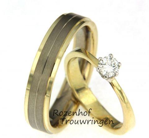 Deze trouwringen zijn samengesteld en uitgevoerd in geelgoud. De solitaire damesring heeft een prachtige, opvallende diamant van 0,25 ct. De herenring is juist tegenovergesteld, namelijk neutraal en rustig en heeft een breedte van 5 mm. Deze trouwringen zijn leverbaar in 9, 14 en 18 karaat goud.