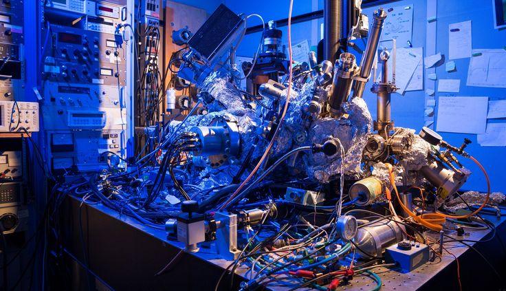 IBM hat bekanntgegeben, dass es einem Team im kalifornischen IBM-Forschungszentrum in Almaden gelungen ist, mit Hilfe eines einzelnen Atoms den weltweit kleinsten Magneten herzustellen und ein Datenbit darauf zu speichern. Herkömmliche Festplatten benötigen dafür bisher etwa 100.000 Atome.   #Atom #Datenbit #Forscher #Magnet #Magnetische Bits #Nanotechnologie #Speichermedien