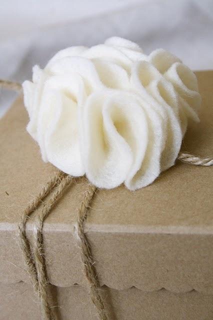 felt flower tutorialGift Bows, Flower Tutorials, Design Dump, Easy Felt, Gift Wraps, Felt Gift, Felt Bows, Felt Flower Tutorial, Felt Flowers