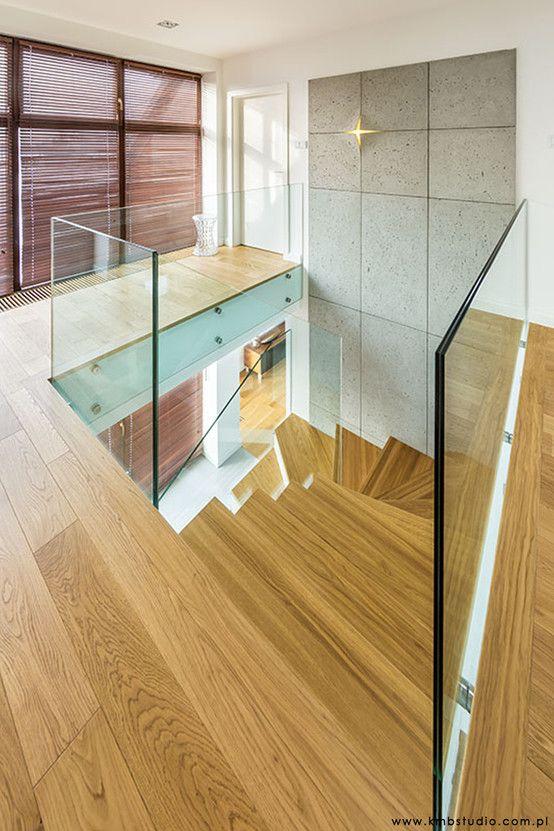 Drewniane schody, schody z drewna, szklana balustrada, nowoczesne schody. Zobacz więcej na: https://www.homify.pl/katalogi-inspiracji/27908/schody-ze-szklanymi-elementami-7-przykladow