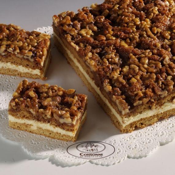 Miodownik Doskonałe ciasto ucierane z dodatkiem miodu, przełożone kremem orzechowym. Dekoracja z orzechów włoskich prażonych w miodzie.