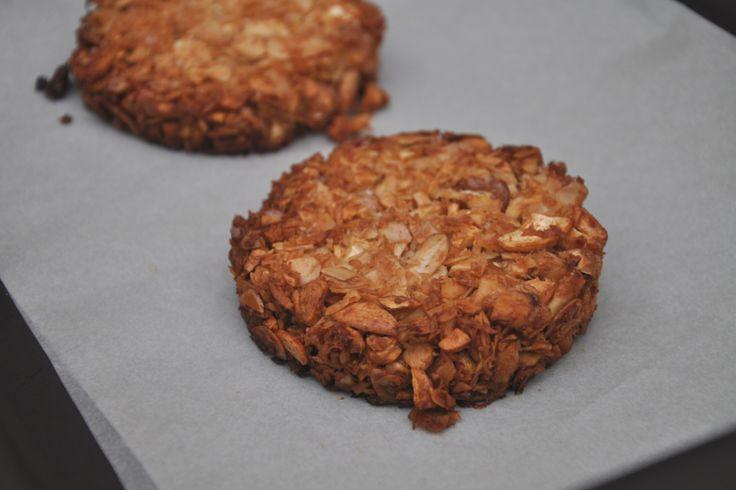 Deze crunchy koek is echt te lekker! En dat zonder geraffineerde suikers. Voorverpakte koeken hebben we niet meer in huis. Naja…meestal niet. We moeten wel iets bekennen (zie video). Uiteindelijk kun je een koek beter zelf maken, want dan weet je zeker dat er geen troep in zit. De koeken van de supermarkt bevatten vaak …