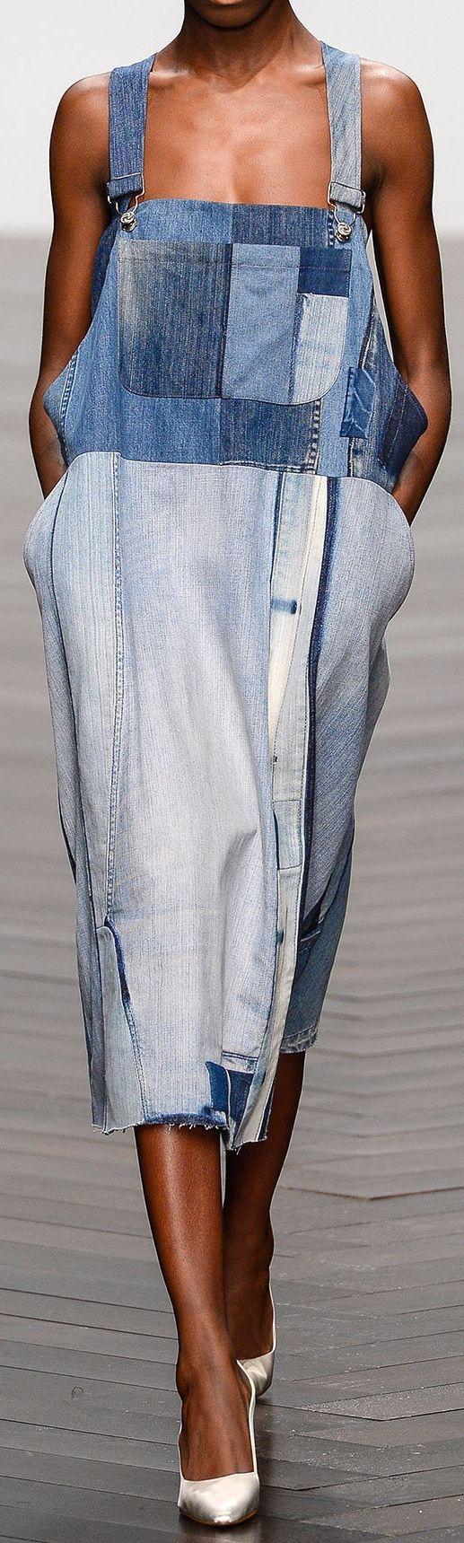 PATCHWORK  Diz-se do tecido feito de retalhos de tecidos variados, costurados entre si, ou estampado imitando esses retalhos.