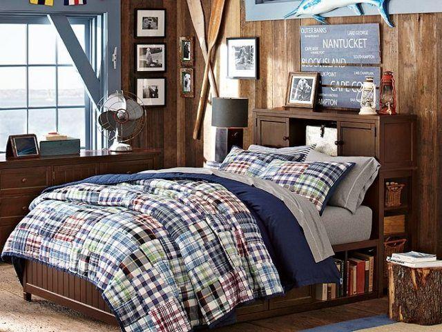 aménagement chambre ado garçon de style américain avec lambris mural en bois, couette à carreaux patchwork et tête de lit avec rangement