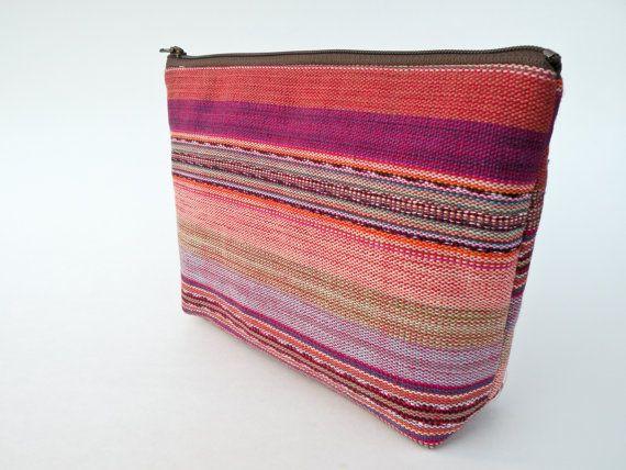 Pièce unique, fabriqué à la main, pochette zippée moderne. Parfait pour garder tous vos articles organisés, tels que des stylos, crayons, maquillage, bijoux, fournitures d'art, etc.. Jeter dans votre sac, sac de sport ou votre sac à dos.  Fabriqué en tissu tissé à la main du Guatemala. Ces textiles sont fabriqués minutieusement sur un métier à tisser au Guatemala. En raison du processus fait à la main de ce qui rend les tissus, il y a seulement de petites quantités de tissus disponibles…