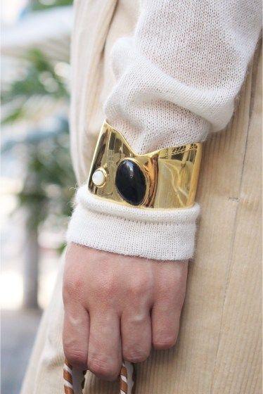 LIZZIE FORTUNATO ゴールド真鍮 パールアゲートブレス  LIZZIE FORTUNATO ゴールド真鍮 パールアゲートブレス 52920 太めバングルは重厚感が魅力 パールなどを使用したモードなデザインはLIZZIE FORTUNATOならでは 秋冬はニットの袖口上に付けるのがお勧めです 着けるだけで存在感ありスタイリングのポイントとしても LIZZIE FORTUNATO(リジー フォートゥナト) 双子姉妹LizzieとKathrynが手掛けるNYジュエリーブランド 世界中の高品質な天然石を使ったアクセサリーが人気 店頭外での撮影画像は光の当たり具合で色味が違って見える場合があります 商品の色味はスタジオ撮影の画像をご参照ください アソートK着用スタッフ身長:165cm 着用サイズ:FREE 着用商品はサンプルです