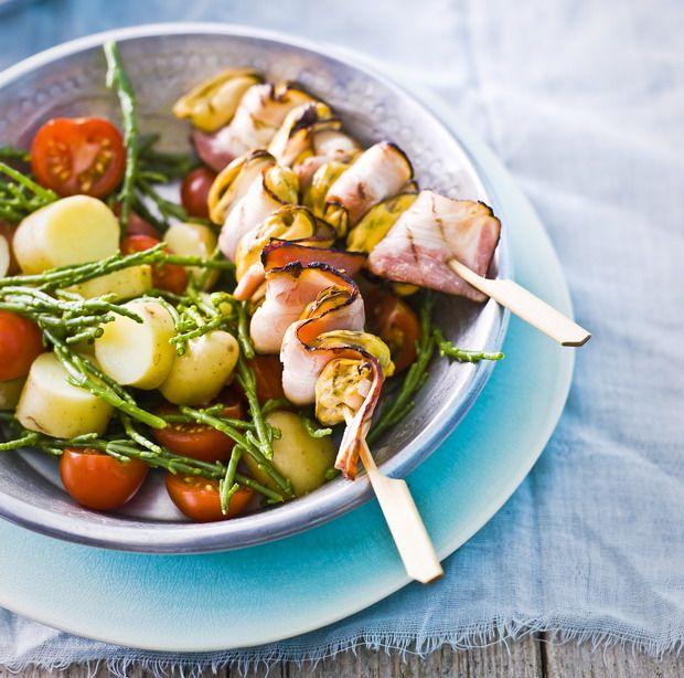 De 'r' zit in de maand en dus kunnen we weer naar hartelust mosselen eten! Dit recept voor mosselen is voor 4 personen.