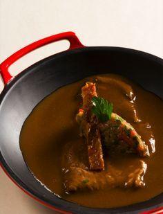 paleron de boeuf braisé au vin rouge, condiment d'oignons à la tomate et au lard paysan Frères Pourcel