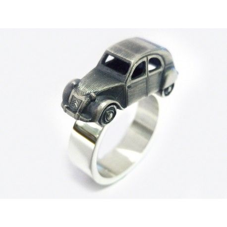 Citroen 2CV ring in 925 sterling silver. Ring band width: 6mm. Car size: length 22mm, width 8mm, height 7mm.