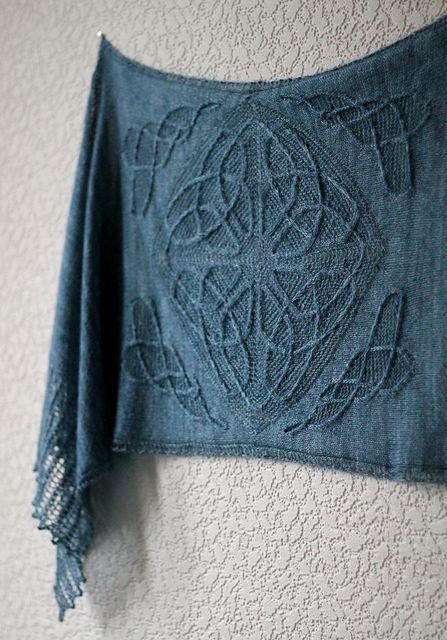 keltische Symbole/Ornamente, feine Stricktücher/Schals. Die Farbe ist auch wunderschön.