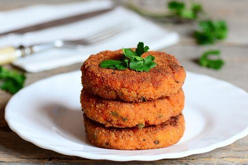 Scoprite la nostra ricetta per preparare ottimi Burger vegetali fatti in casa a base di ceci e patate, senza carne ed adatti a vegetariani e vegani.