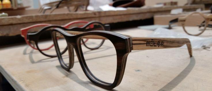 Modelo Monza en combinación de maderas, frontal de ébano y varillas de zebrano. En fábrica antes de introducir las lentes.