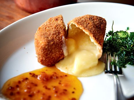 Friterad camembert med varm hjortronsylt | Köket.se