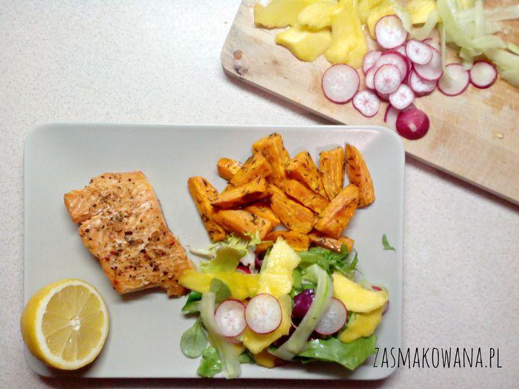 Pieczony łosoś z batatami i surówką z mango, rzodkiewki i ogórka. PYCHA! http://www.zasmakowana.pl/pieczony-losos-z-batatami/