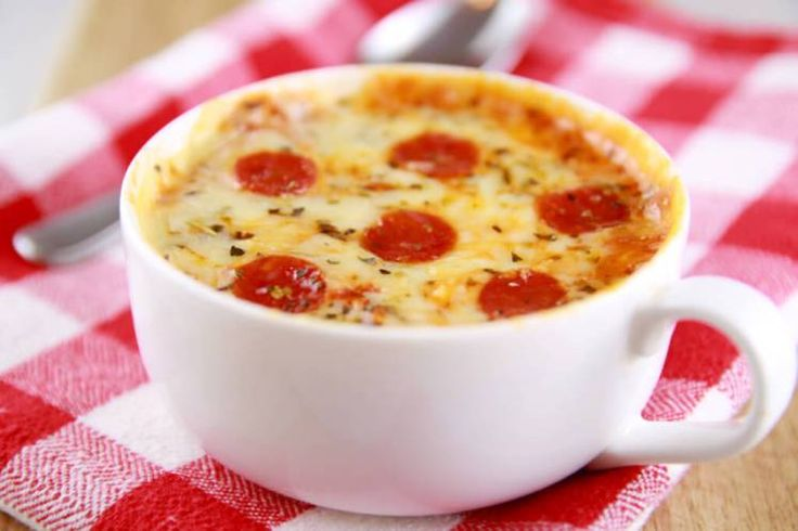 Here's how you make microwave pizza in a mug