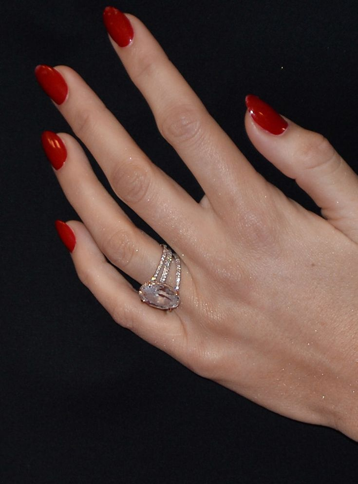 Ryan Reynolds gave Blake Lively a light pink oval 12-carat diamond engagement ring, set in rose gold and pavé diamonds.